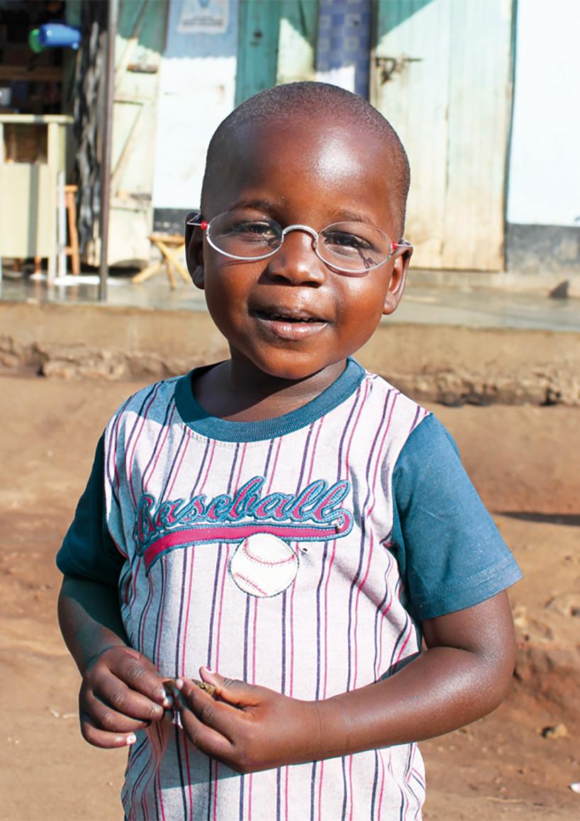 """czarnoskóry chłopiec noszący okulary wramach projektu """"The One Dollar Glasses"""" tanie okulary"""
