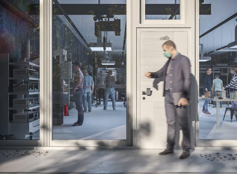 mężczyzna przy beżowych drzwiach znakładką na klamkę od Gligo-Tech
