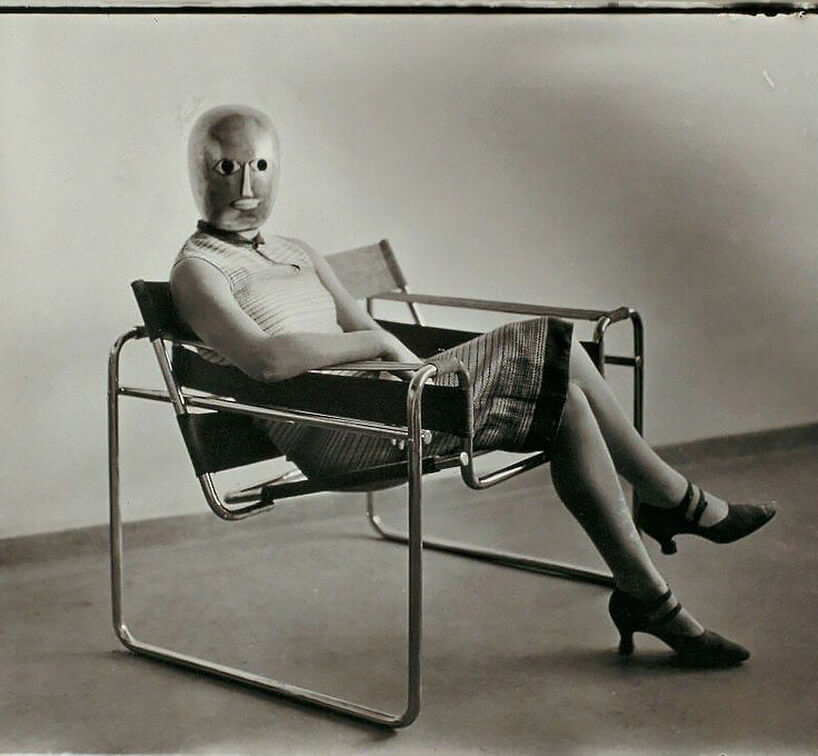 kobieta wmasce siedząca na krześle