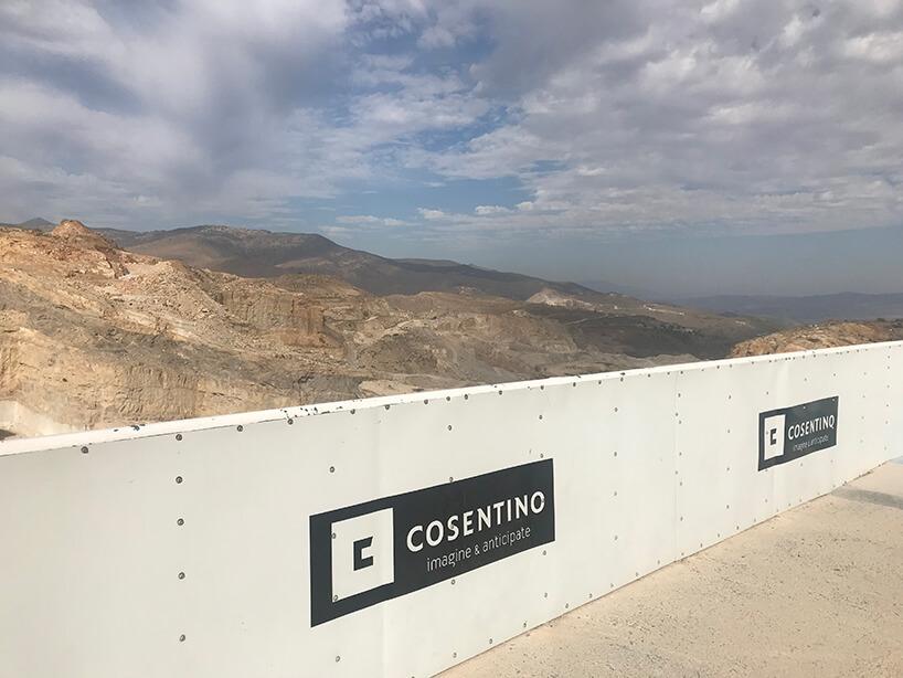 widok ztarasu widokowego Cosentino na rozległe kamieniołomy