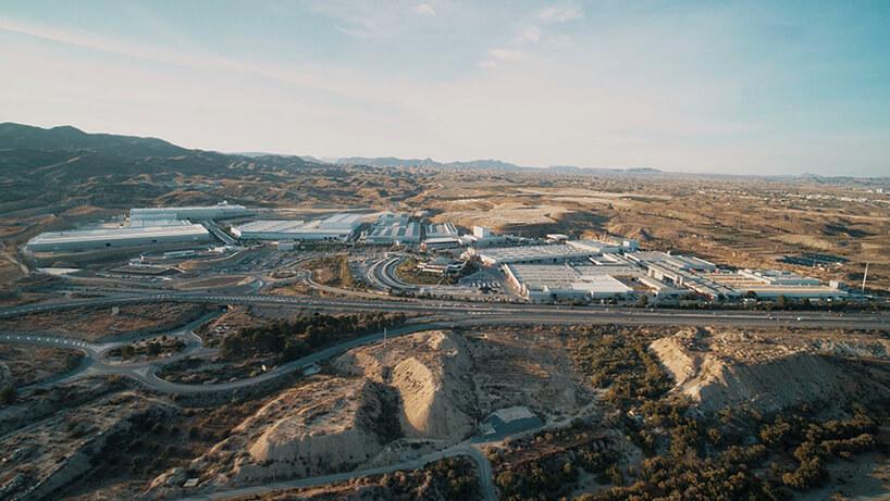 fabryka Cosentino otoczona kamieniołomem