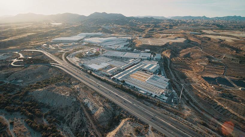 kompleks fabryczny Cosentino otoczony kamieniołomem