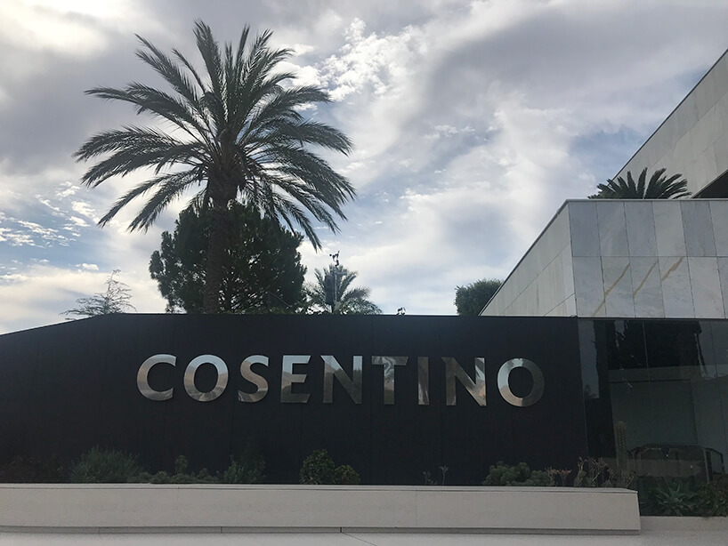 srebrny napis Cosentino na czarnym kamieniu przy wejściu do budynku Cosentino