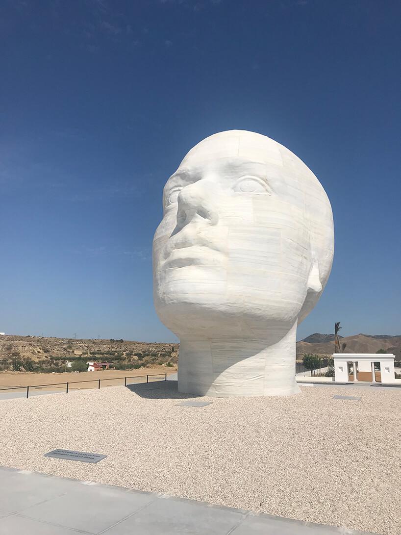 rzeźba Antonio Lopeza duża kamienna głowa