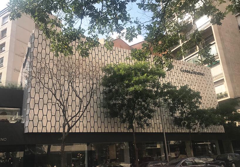 wyjątkowy budynek wMadrycie zelewacją zelementów wkształcie rybiej łuski