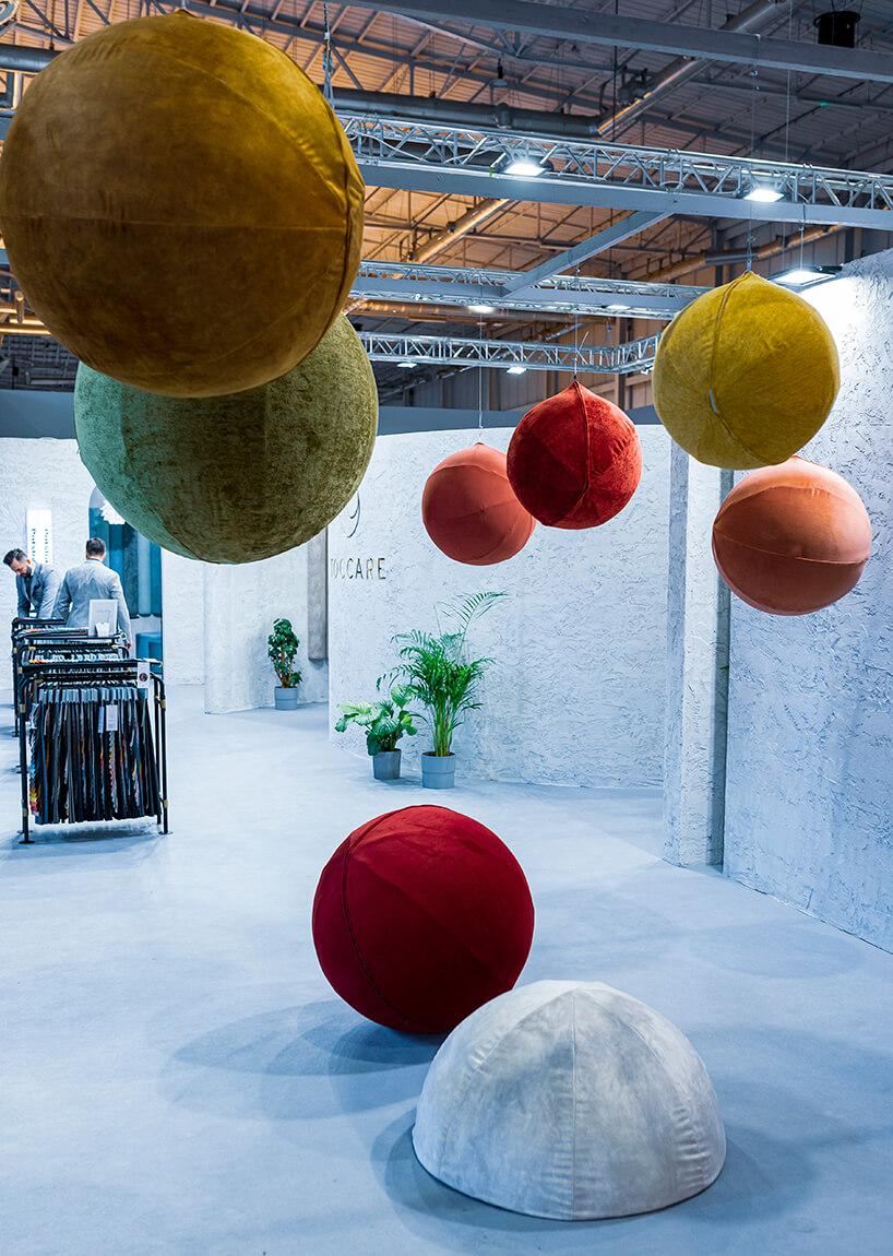 wyjątkowe kule podwieszane ileżące wobite błyszczącym kolorowym materiałem