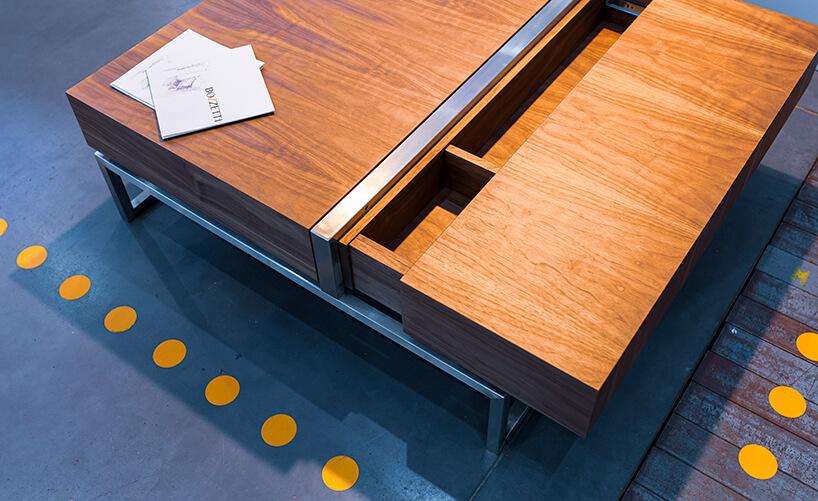 wyjątkowy drewniany stolik rozsuwany zmetalowymi elementami od Bozzetti
