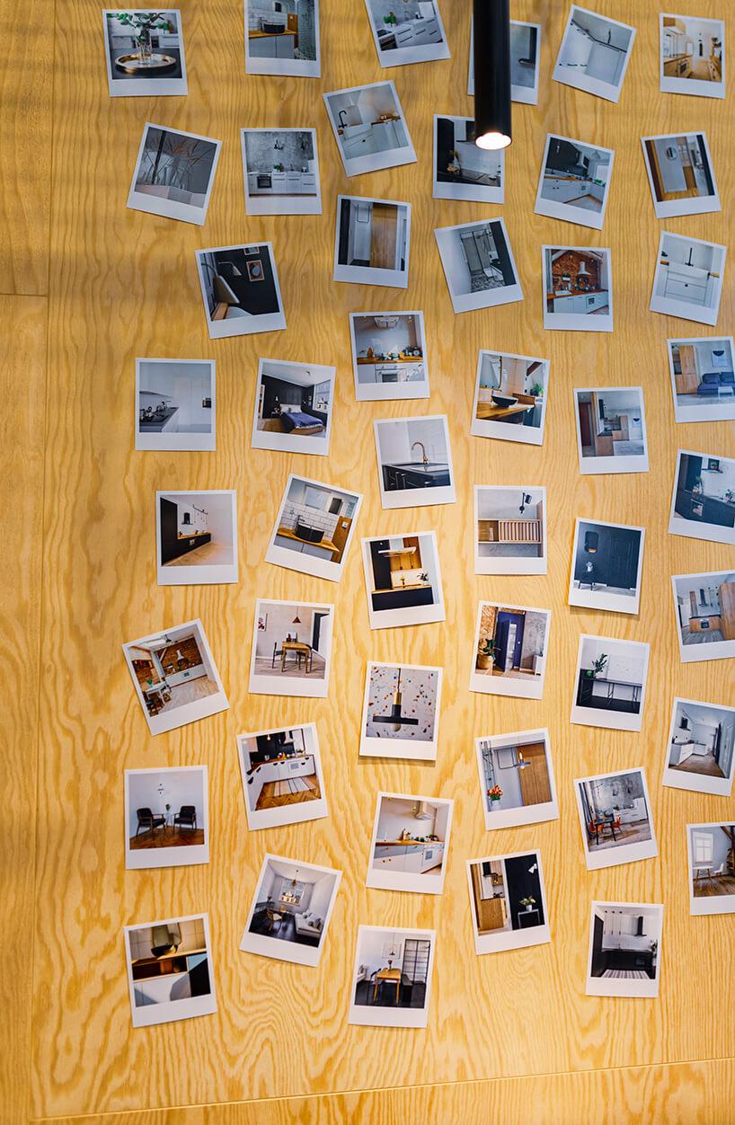 drewniana ściana ze zdjęciami różnych mebli na stoisku Projekt Deska