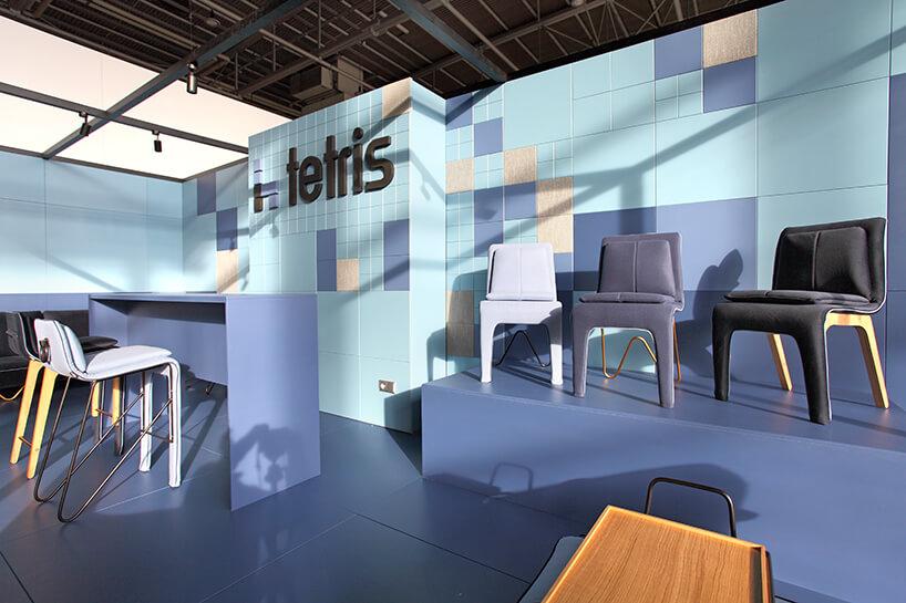 niebieskie stoisko Tetris zróżnymi siedziskami