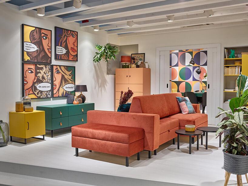 aranżacja salonu zczerwoną sofą od VOX