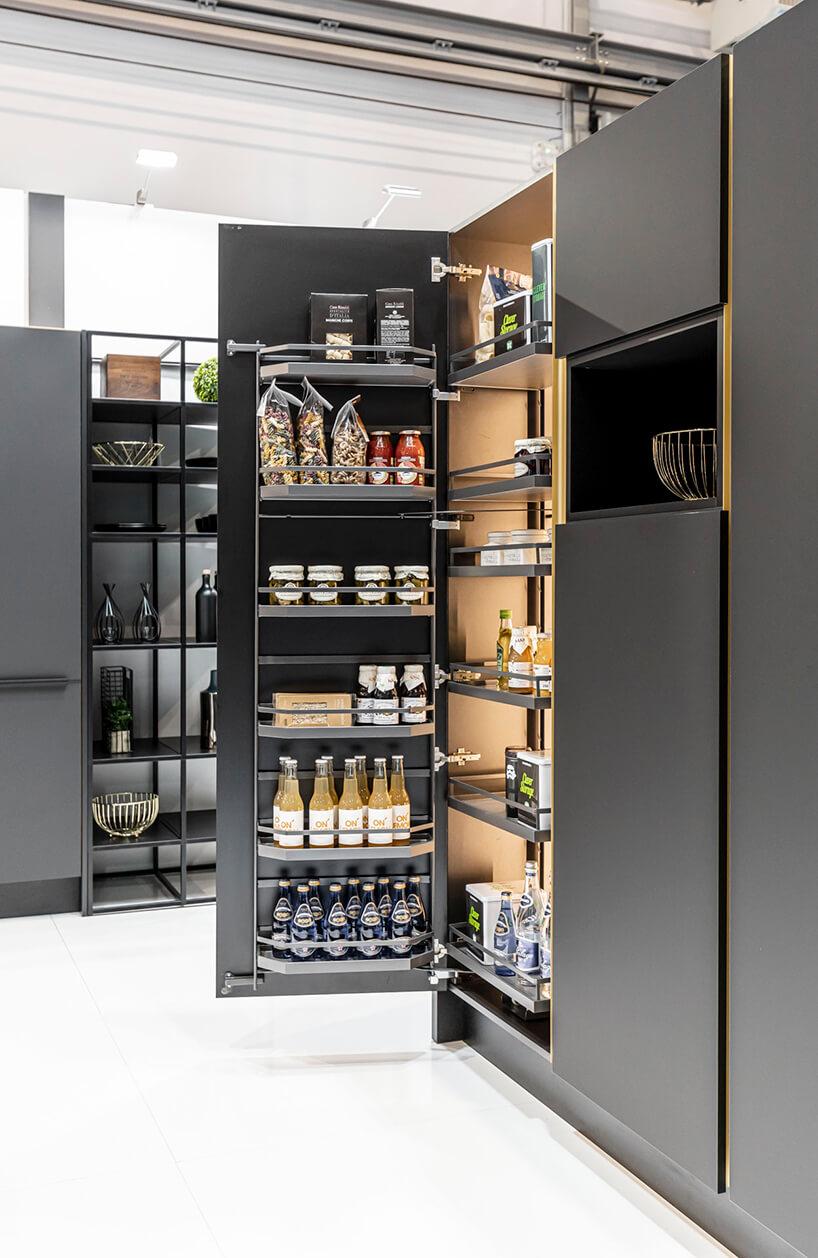 ciemna wysoka zabudowa kuchenna zaranżacją wewnątrz szafek
