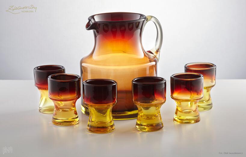 szklany zestaw zdzbankiem imałymi szklaneczkami wzółto brązowym kolorze