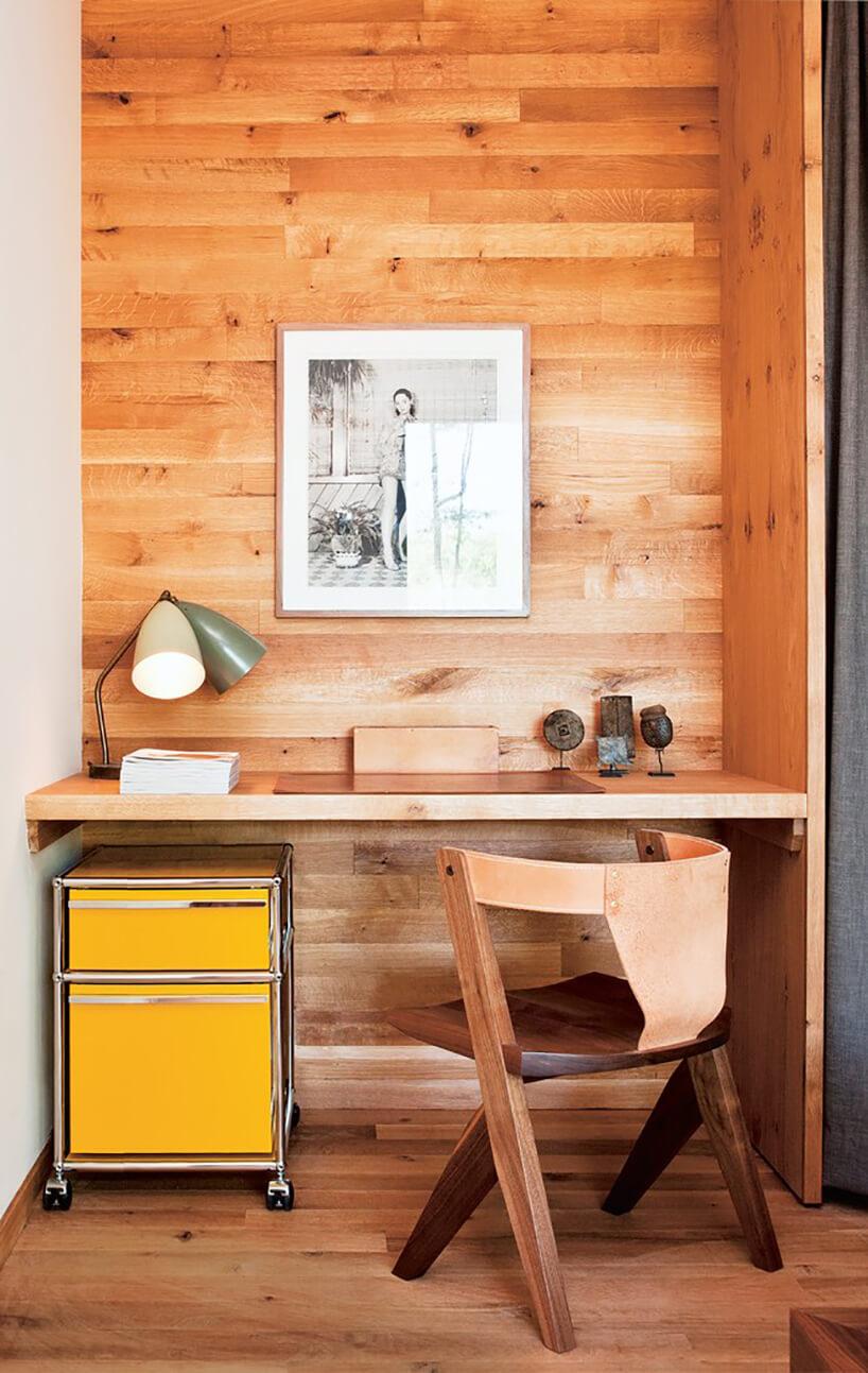 drewniane biurko zpodwieszonym blatem drewnianym zdrewnianym krzesłem bez kółek
