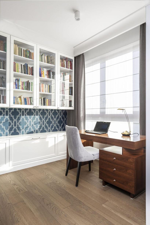 eleganckie ciemne biurko zszufladami zkrzesłem na czarnych drewnianych nogach zbiałym siedziskiem ioparciem