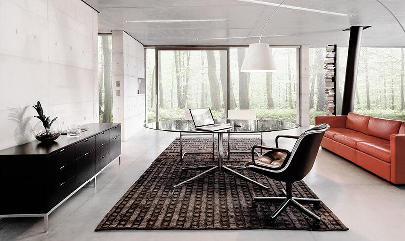 duży błyszczący stół biurko Knoll od MoodWorks zeleganckim fotelem wjasnym salonie