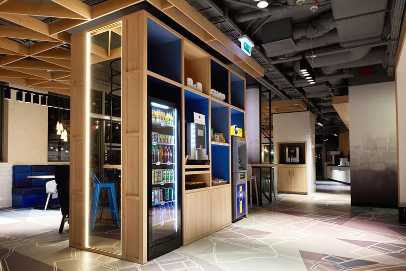 drewniana zabudowa zautomatem do kawy lodówka na napoje