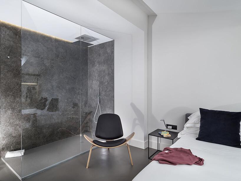 spieki kwarcowy Laminam whotelu Habitat natrysk oddzielony szyba od sypialni zszarą ścianą