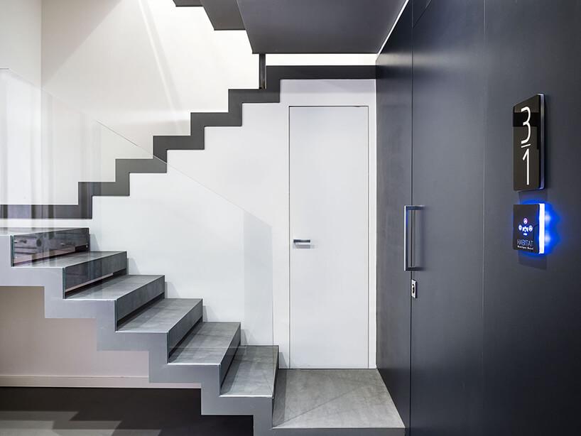spieki kwarcowy Laminam whotelu Habitat eleganckie szare schody ze szklaną balustradą