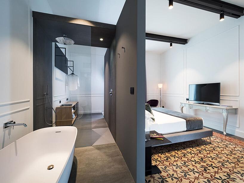 spieki kwarcowy Laminam whotelu Habitat mały pokój zszarą łązienką oddzieloną połowicznie od reszty pokoju
