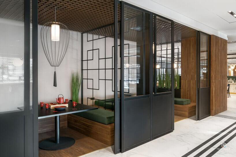 czarny stolik pomieszczenie wstylu azjatyckim