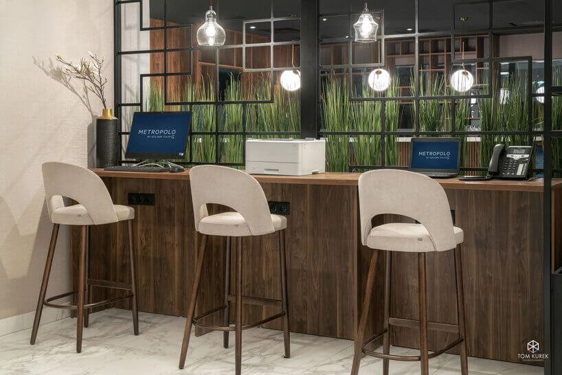 beżowe krzesła stolika zkomputerami