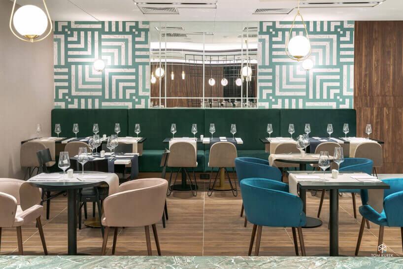 restauracja zniebieskimi ibeżowymi krzesłami oraz czarnymi stołami