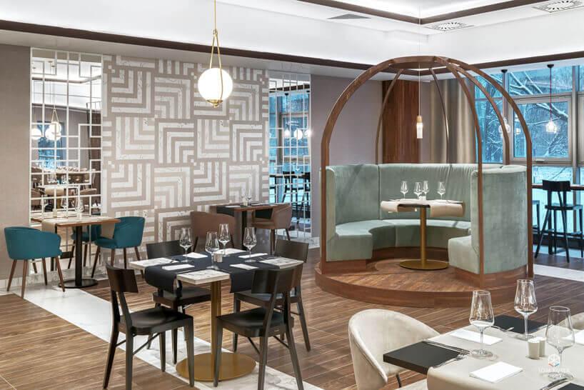 restauracja zniebieskimi ibeżowymi iczarnymi krzesłami oraz czarnymi stołami