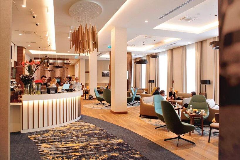 wnętrze hotelu Hampton by Hilton Kalisz wCalisia One recepcja znietypowym żyrandolem