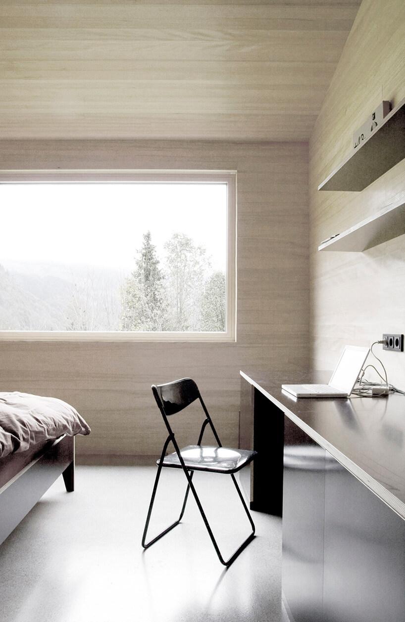 duże okno oraz nowoczesne ściany wsypialni