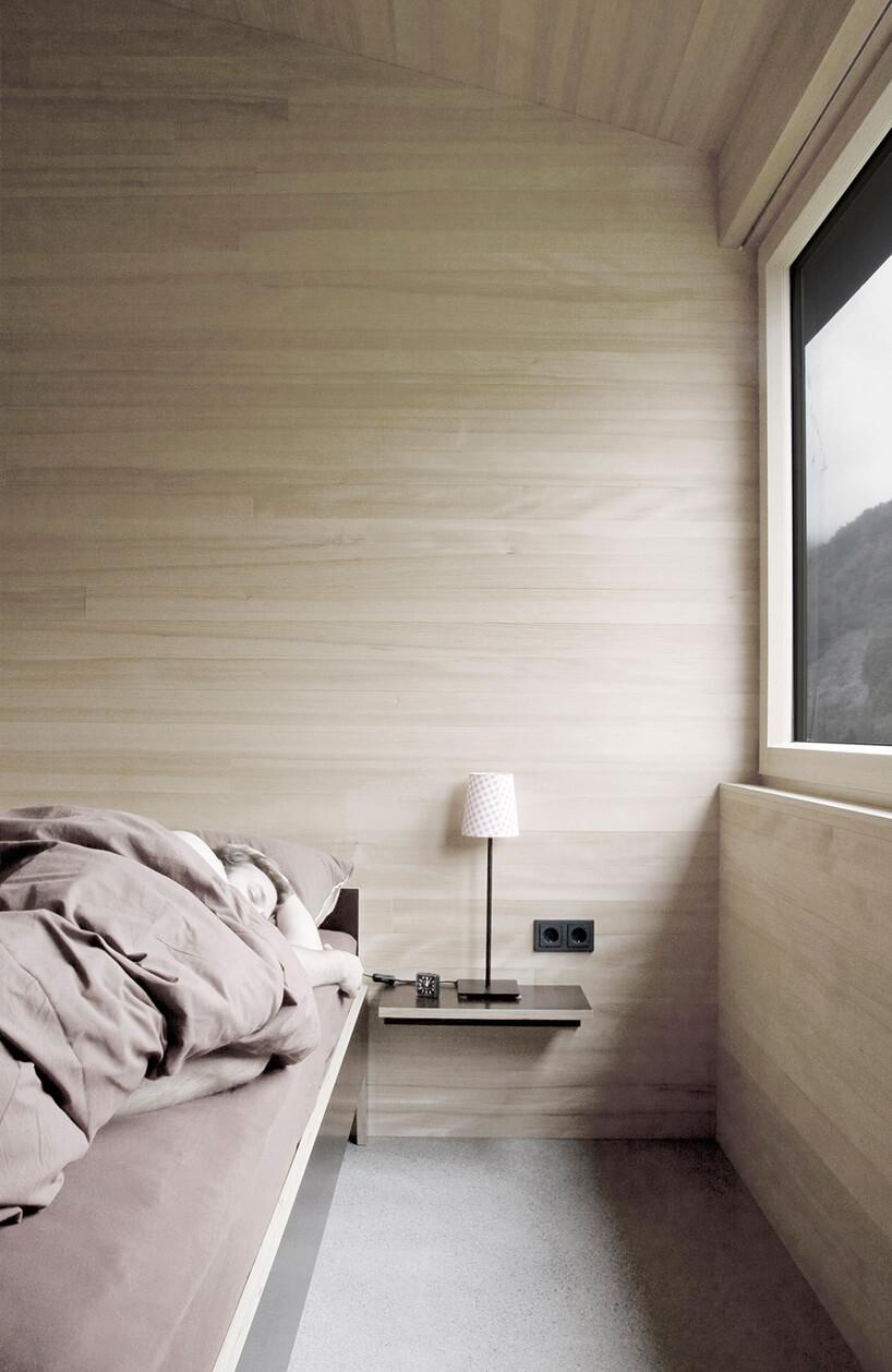lampka nocna zjasnym abażurem obok łóżka
