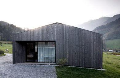 szary drewniany dom w szwajcarskiej dolinie
