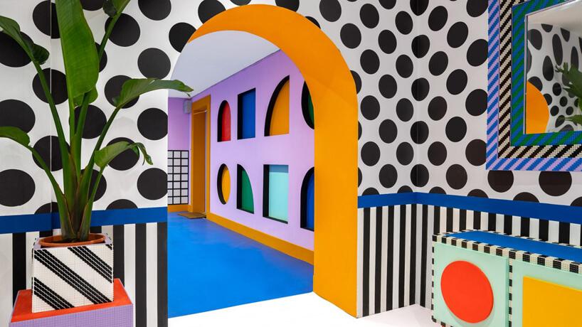wnętrze instalacji House of Dots od Camille Walala ściany wczarne kropki ikreski