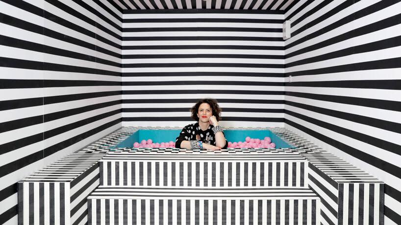 wnętrze instalacji House of Dots od Camille Walala projektantka wbiało czarnym basenie zróżowymi piłkami