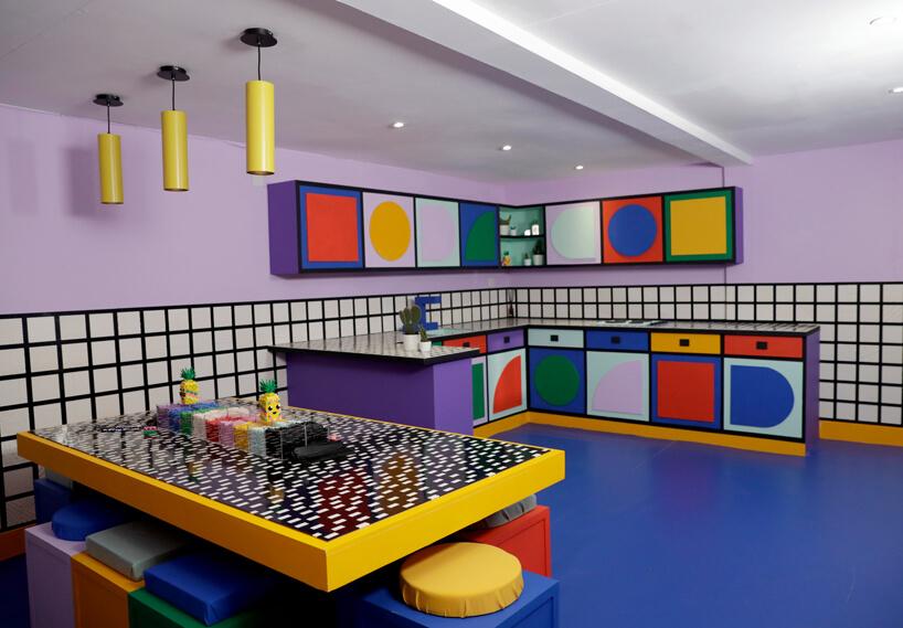 wnętrze instalacji House of Dots od Camille Walala kolorowa kuchnia zkolorowymi kształtami na frontach szafek
