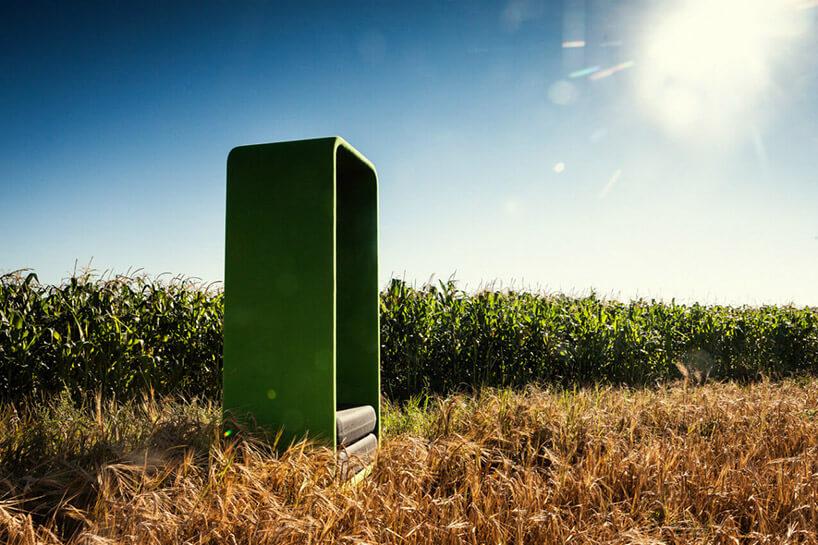 zielony box VANK na polu na tle kukurydzy