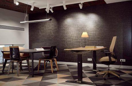 wizualizacja biura w brązowych odcieniach z biurkiem i stolikiem do rozmów