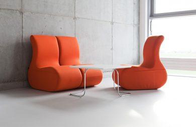 trzy modułowe fotele na tle szarej betonowej ściany