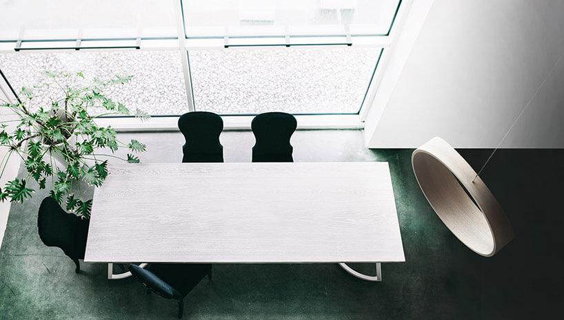 drewniana huśtawka SWING wzielonym biurze