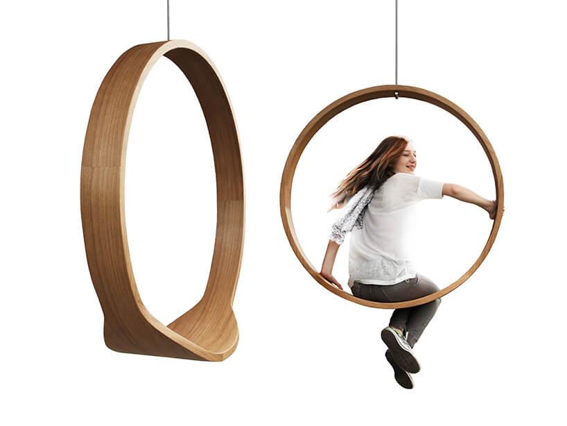 dziewczyna na drewnianej huśtawka SWING
