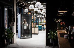 wnętrze biura z nowoczesnymi boxami i aneksem kuchennym