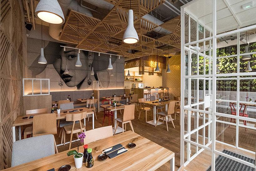 wizualizacja wnętrza restauracji sushi dominującym drewnem