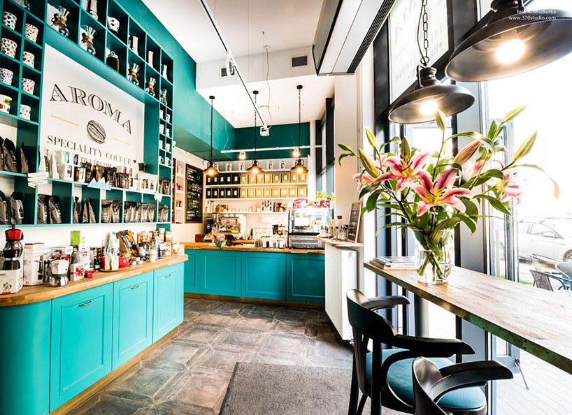 wnętrze kawiarni wzielonkawym odcieniu