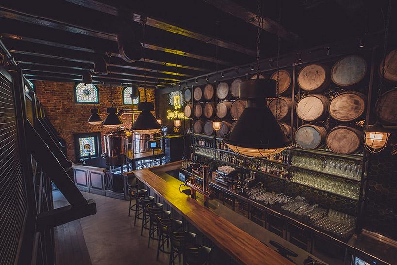 widok zgóry na bar wstylu starej drewnianej gorzelni