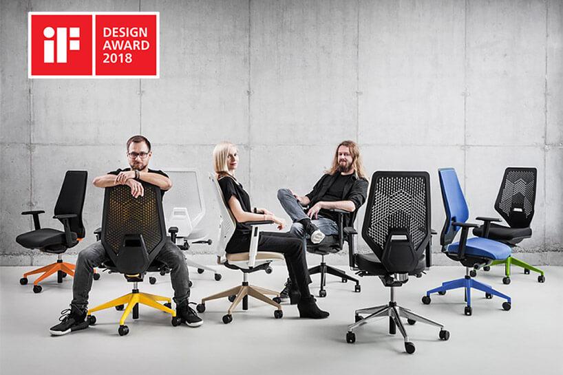 troje ludzi siedzące na nowoczesnych fotelach obrotowych