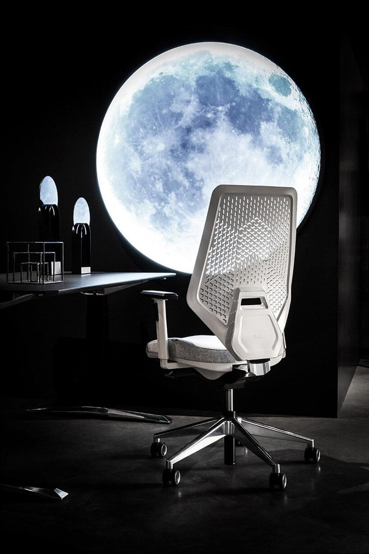 biały fotel obrotowy przy czarnym biurku