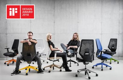 troje ludzi siedzących na nowoczesnych fotelach obrotowych