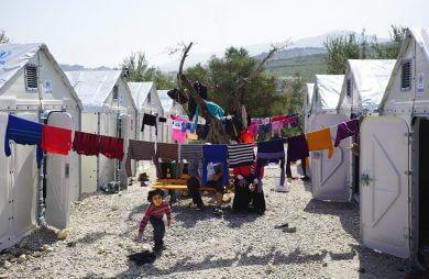 uchodźcy pośród kontenerów UNHCR