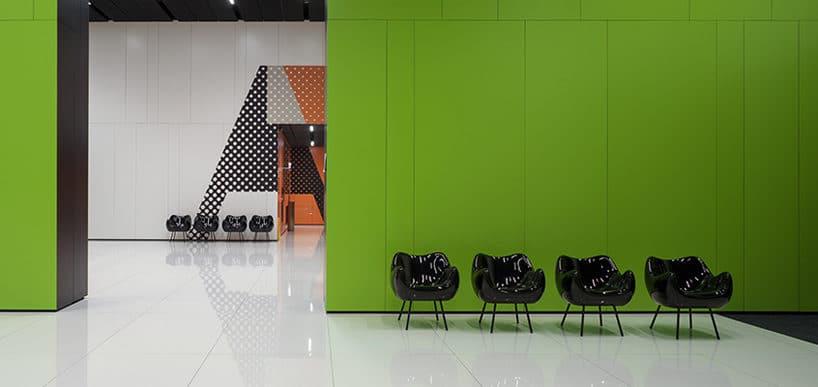 cztery czarne Fotele RM58 Romana Modzelewskiego na tle zielonej ściany