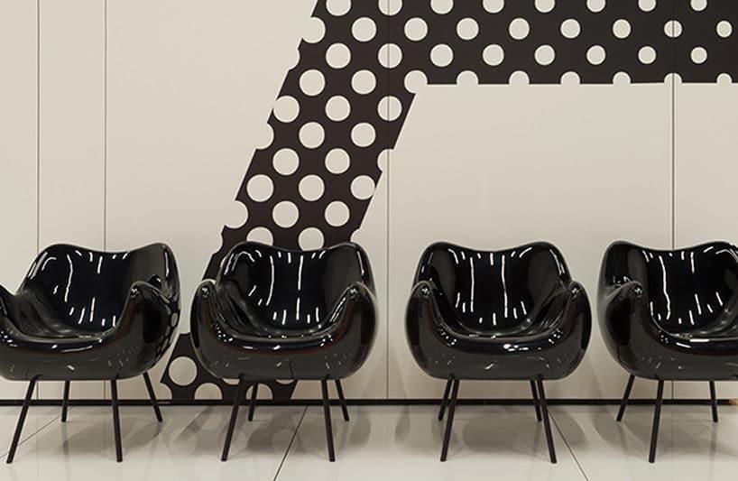 cztery czarne Fotele RM58 Romana Modzelewskiego na tle biało czarnej ściany