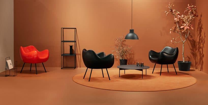 trzy Fotele RM58 Romana Modzelewskiego wpomarańczowej aranżacji